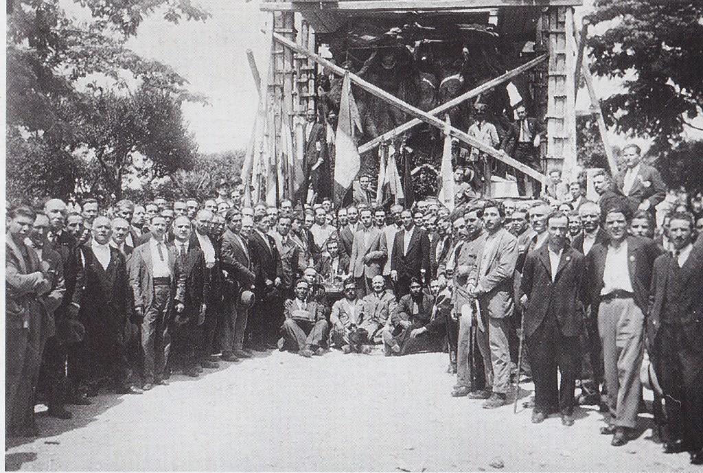 Il raduno dei mutilati della guerra 1915-1918 raccolti attorno al monumento ai caduti il 4 novembre 1929. Il monumento è ancora in costruzione.