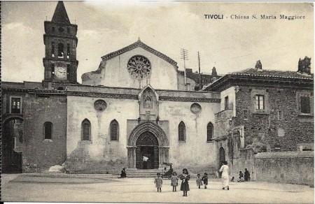 Veduta della piazza di S. Maria Maggiore, ora Piazza Trento, con la chiesa, nei primi anni del XX secolo.