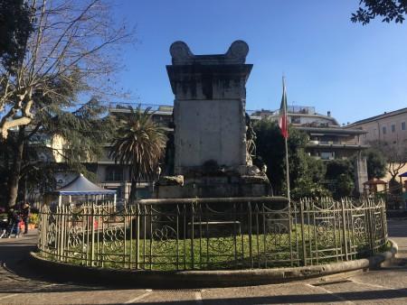 Il retro del monumento ai caduti.