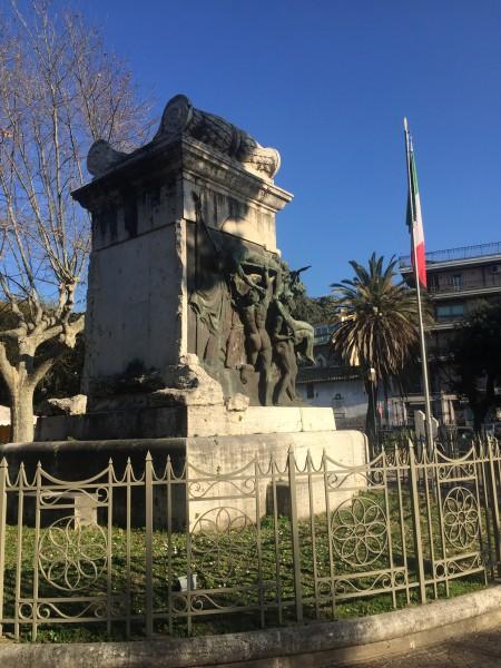 Visione laterale del monumento ai caduti.