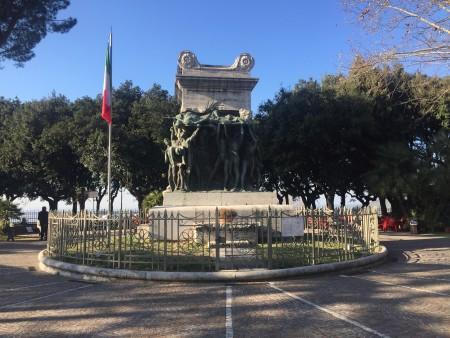 Visione frontale dei monumento ai caduti.