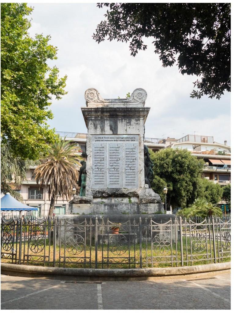 Il progetto approvato (composizione di Roberto Borgia). La lista dei caduti verrà inserita su quattro colonne, sormontate dallo stemma della città di Tivoli e in basso una scritta commemorativa.