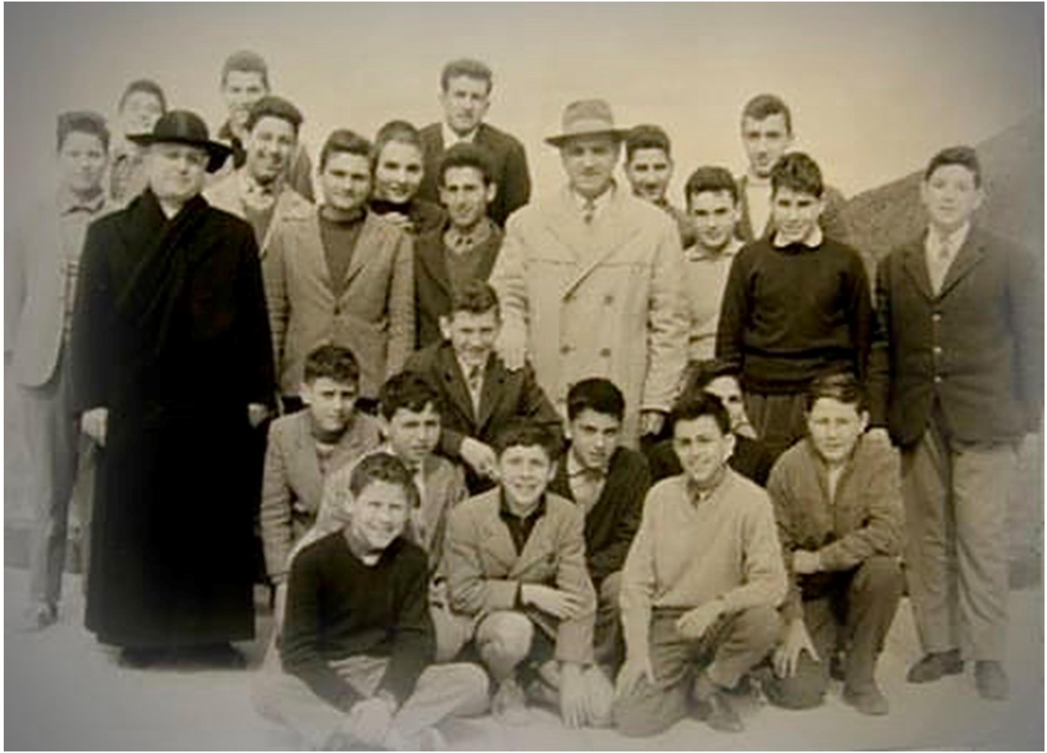 """Il prof. Camillo Pierattini e mons. Francesco Petrucci insieme ad un gruppo di alunni della Scuola Media Statale """"Albio Tibullo"""" sul terrazzo dell'ex Seminario vescovile. Il prof. Pierattini era il vice preside della scuola, anno 1958,"""