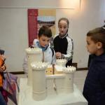 Giovani alunni nella stanza del plastico della Rocca Pia