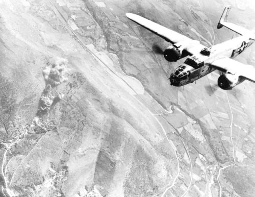 Un aereo americano B-25 in volo su Tivoli, 1943.