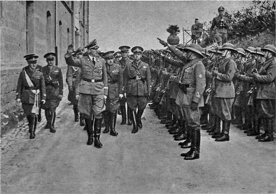 """Reinhard Heydrich, capo della Gestapo nazista, in visita a Tivoli, nell'edificio chiamato Pantanella, sede della PAI (Polizia dell'Africa Italiana). L'mmagine è tratta dagli """"Gli Annali dell'Africa Italiana"""", anno V, n. 1, marzo 1942. Il 27 maggio 1942 un commando composto da membri dell'esercito cecoslovacco in esilio addestrato dagli inglesi del SOE (Special Operations Executive) attentò alla vita di Heydrich, che morì per le ferita riportate il 4 giugno."""