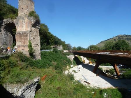Fig. 1. I resti degli acquedotti e il nuovo ponte stradale in loc. Arci