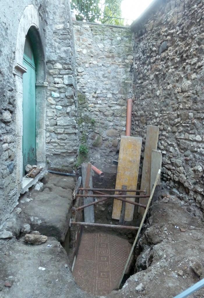 Fig. 2. Lo scavo nel vicolo del Colonnato