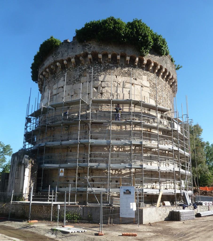 Fig. 3. Il mausoleo in corso di restauro