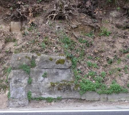 Fig. 6. In alto cippo n. 863 della Aqua Marcia, in basso resti dello speco dell'Anio vetus
