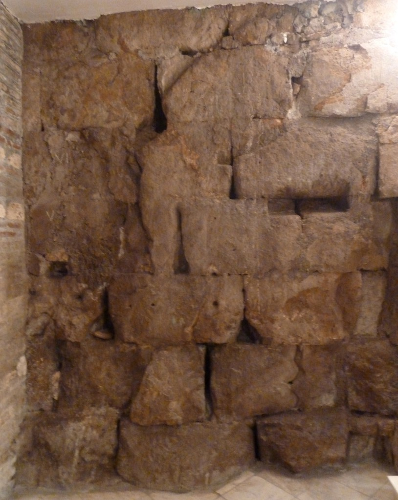 Fig. 8. Via Taddei: particolare delle mura urbane